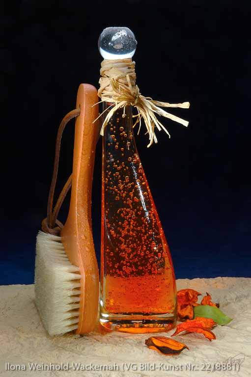 Edition Badetraum 02 Flasche mit Badeöl braun, Blasen, Bürste, Blätter © 2007 Ilona Weinhold-Wackernah (VG Bild-Kunst Nr.: 2218881) - https://atelier-an-der-muehle.de