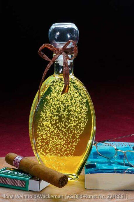 Edition Badetraum 04 Flasche mit Badeöl gelb, Blasen, Zigarre, Streichholzschachtel, Buch und Lesebrille © 2007 Ilona Weinhold-Wackernah (VG Bild-Kunst Nr.: 2218881) - https://atelier-an-der-muehle.de