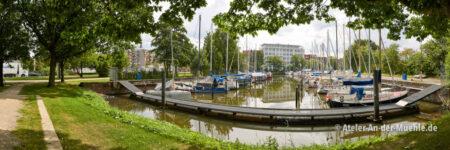 Hauptkanal Fischereihafen 1 © Adrian Wackernah (VG Bild-Kunst Nr.: 2219193) - https://atelier-an-der-muehle.de