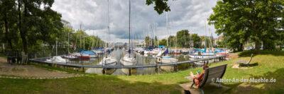 Hauptkanal Fischereihafen 2 © Adrian Wackernah (VG Bild-Kunst Nr.: 2219193) - https://atelier-an-der-muehle.de
