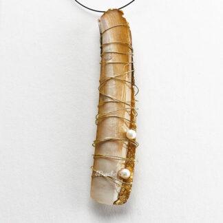 Muschelanhänger mit Scheidenmuschel mit Golddraht umwickelt mit zwei Perlen an Nylonband