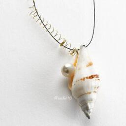 Muschelanhänger mit Meeresschnecke mit Perle an Nylonband mit Golddraht umwickelt