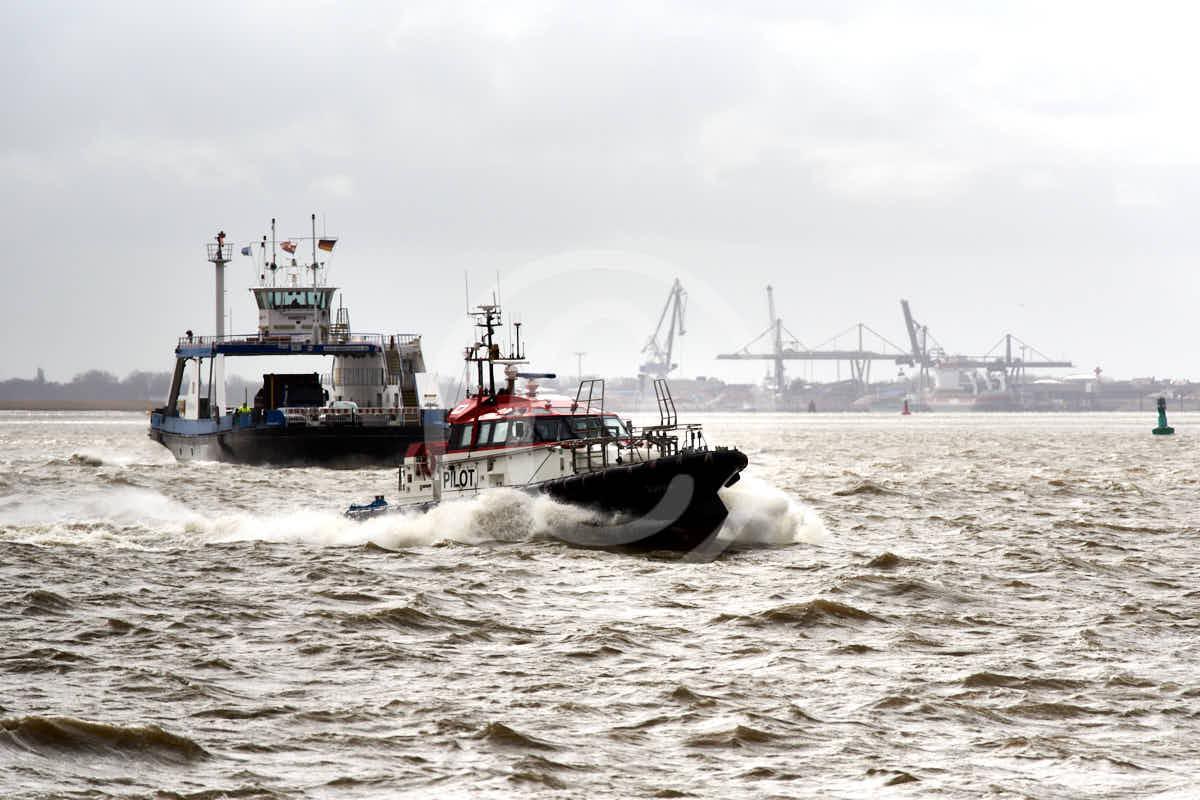 Wandbild Fotografie Bremerhaven Weserfähre + Lostenboot im stürmischen Wasser